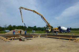 """Gdy zamawiamy beton w wytwórni, to ona odpowiada nie tylko za jakość przygotowanej mieszanki, ale też za to, że nie stanie się z nią nic złego podczas transportu na budowę betonowozami, czyli popularnymi """"gruszkami"""""""