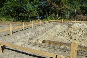 Ławy fundamentowe na małych budowach wykonuje się w Polsce najczęściej – jeśli tylko pozwalają na to warunki gruntowe na działce – bezpośrednio w wykopach; nie wpływa to dobrze na jakość i trwałość betonu