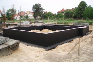 Jakość ścian fundamentowych wykonanych z betonu układanego w deskowaniu jest zdecydowanie lepsza od tych murowanych z bloczków; do zrobienia ich izolacji przeciwwilgociowej zużywa się też mniej emulsji asfaltowej