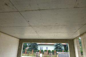 Taki monolityczny strop nad dwustanowiskowym garażem, w sposób ciągły połączony z belką i innymi stropami nad parterem, można wykonać jedynie z żelbetu
