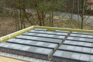 W murowanych domach jednorodzinnych najczęściej wykonuje się częściowo prefabrykowane stropy żelbetowe – mają one stałą grubość, więc przy rozpiętościach mniejszych od maksymalnej są stosunkowo sztywne