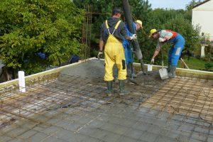 Coraz większa liczba inwestorów decyduje się na zrobienie w swoim domu monolitycznego stropu żelbetowego, nawet wtedy, gdy w pobliżu budowy jest wytwórnia prefabrykowanych elementów stropowych