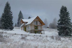 Zima to nie jest dobry czas na prowadzenie na budowie domu nie tylko robót betoniarskich, ale także na układanie tynków czy wylewek podłogowych – nawet wtedy, gdy budynek ma okna i jest już ogrzewany