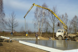 Jeśli wykonujemy fundamenty późną jesienią lub wczesną zimą, powinniśmy liczyć się z gwałtownym obniżeniem temperatury, dlatego – najszybciej jak to będzie możliwe – powinniśmy osłonić świeży beton foliami lub słomianymi matami