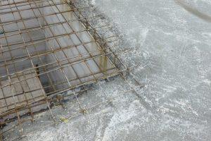 Najlepiej jest tak zaplanować prace, by można było jednego dnia zabetonować cały strop monolityczny – gdy z jakiś powodów nie jest to możliwe, to brzegi płyty, przewidziane do połączenia z nowym betonem, dobrze jest pozostawić nierówne i o chropowatej powierzchni