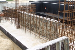 Jeśli ściana fundamentowa ma być wykonana w deskowaniu i monolitycznie połączona z ławą, to powierzchni betonu pomiędzy wypuszczonymi z niej prętami zbrojeniowymi nie powinno się wyrównywać i zagładzać
