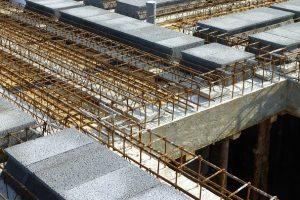 Dwuetapowe betonowanie belki, podpierającej strop gęstożebrowy to dobra decyzja – po wykonaniu dolnej części można na niej oprzeć częściowo prefabrykowane belki stropowe, w taki sam sposób jak na ścianach