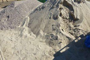 Piasek stosowany do produkcji piaskobetonu powinien zawierać minimum 15% drobnego żwiru
