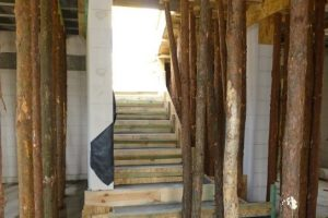 Schody żelbetowe betonuje się zazwyczaj równocześnie ze stropem, można więc bez żadnych ograniczeń korzystać z nich podczas prowadzenia prac budowlanych i wykończeniowych na kolejnej kondygnacji budowanego domu