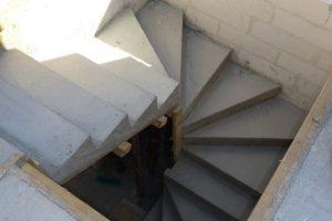 Schody ze stopniami zabiegowymi są często spotykane w domach jednorodzinnych – ich zamocowanie w trzech ścianach sprawia, że mają one znacznie większą nośność niż wynikałoby to z obliczeń statycznych