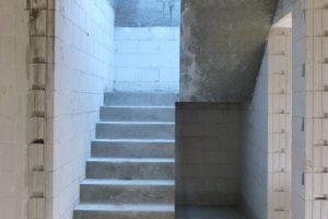 Najwygodniejsze i najbezpieczniejsze są klasyczne schody dwubiegowe z poziomym podestem w połowie kondygnacji, dlatego wciąż warto je stosować, choć zabierają nieco więcej miejsca niż zabiegowe