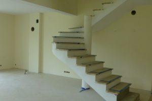 Z betonu można zrobić schody o dowolnym kształcie – nawet wachlarzowe, będące elementem wystroju salonu, które mocuje się jedynie w fundamencie i w stropie oraz ewentualnie podpiera dodatkowo okrągłym słupem