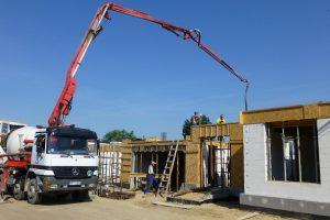 Lato to dobra pora na wykonywanie betonowych i żelbetowych elementów domu, ale także wtedy powinniśmy pamiętać, by po ułożeniu betonu chronić go przed słońcem i wiatrem, a także ulewnym deszczem