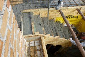 Przy pomocy wibratora wgłębnego dokładne wypełnienie deskowania mieszanką betonową nie jest trudne – na schodach należy to jednak robić ostrożnie, by rozwibrowana mieszanka nie spłynęła po pochyłości