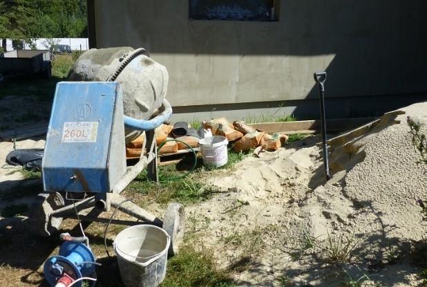 Fot. 4 – Podczas przygotowywania betonu na wielu małych budowach do dozowania piasku i żwiru najczęściej używa się łopaty – nie jest to jednak godne polecenia