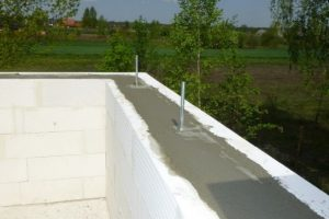 Do betonowania żelbetowych słupków ścianki kolankowej i zmocowanego do nich wieńca dachowego potrzeba niewielkich ilości betonu