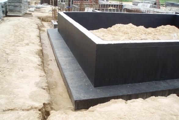 Fot. 2 – Ściany fundamentowe zabezpiecza się przed wilgocią, żeby w domu było sucho, ale dzięki takiej izolacji beton, z którego zostały wykonane, jest chroniony przed wodą gruntową i znajdującymi się w niej kwasami humusowymi