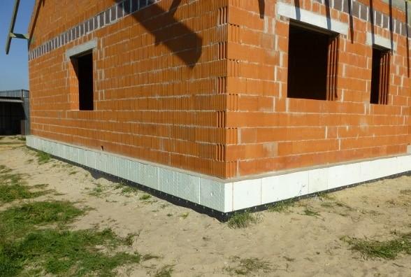 Fot. 3 – Ściany domu, także fundamentowe, ociepla się teraz solidnie, by dom był energooszczędny – przy okazji taka izolacja termiczna chroni beton fundamentów przed niszczeniem, spowodowanym wielokrotnym zamarzaniem i odmarzaniem gruntu