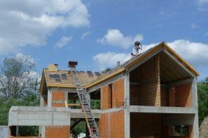 Dobrze zaprojektowana i wykonana żelbetowa konstrukcja domu to nie tylko gwarancja jego długowieczności, ale też najlepszy sposób na nadanie całemu budynkowi dużej sztywności i odporności na odkształcenia gruntu