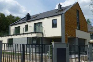 Dzięki elewacjom, pokryciu dachu i ociepleniu całego domu od strony zewnętrznej, beton, z którego zrobiono jego konstrukcję jest bardzo dobrze chroniony przed negatywnym wpływem czynników atmosferycznych