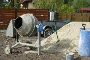 Mimo że podczas budowy domu murowanego zużywa się znacznych ilości betonu, bezpośrednio na placu wytwarza się go stosunkowo mało