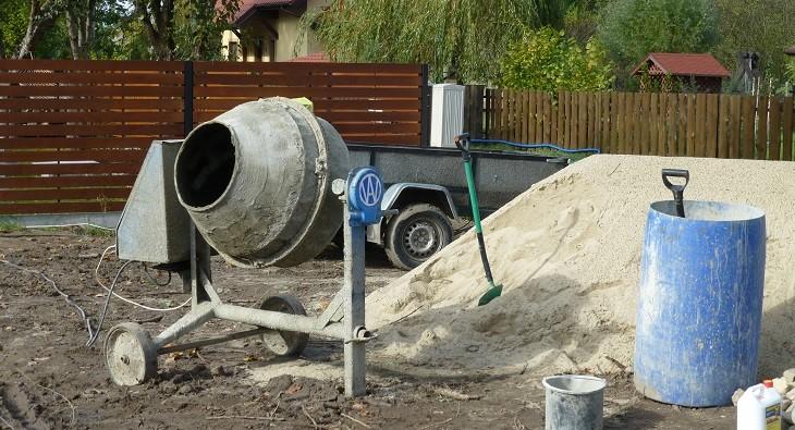 Fot. 1 – Mimo że podczas budowy domu murowanego zużywa się znacznych ilości betonu, bezpośrednio na placu wytwarza się go stosunkowo mało