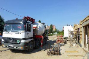 Mieszankę betonową, potrzebną do wykonania fundamentów i stropu nad parterem, najlepiej zamówić w wytwórni betonu