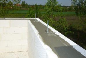 Fot. 3 – Do betonowania wieńców dachowych i słupków ścianek kolankowych nie opłaca się zamawiać betonu towarowego