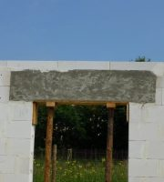 Fot. 1 – Również wtedy, gdy nadproże nad otworem w ścianie jest na tyle duże, że nawet jako betonowe mogłoby przenieść obciążenie, to wykonuje się je jako żelbetowe, dodając dołem kilka prętów