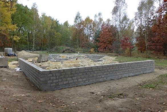 Fot. 1 – Do murowania ścian fundamentowych z betonowych bloczków powinno się używać jedynie zaprawy cementowej