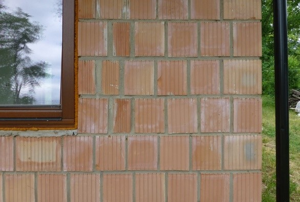 Fot. 2 – Do wykonania ścian z pustaków murowanych na grube spoiny używa się zaprawy cementowo-wapiennej