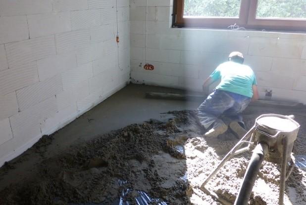 Fot. 4 – Wylewki podłogowe wykonuje się najczęściej z zaprawy cementowej o konsystencji wilgotnej, przygotowanej i podawanej za pomocą mixokreta