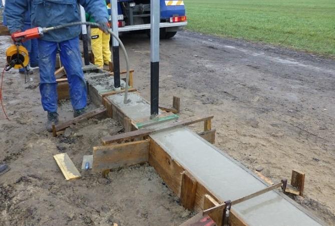 Fot. 2 – Przy pomocy wibratorów wgłębnych (buławowych) mieszankę betonową zagęszcza się szybko i skutecznie