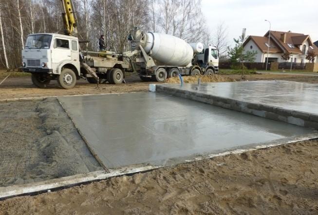 Fot. 3 – W elementach konstrukcyjnych o dużej powierzchni i stosunkowo małej grubości nie jest trudno zagęścić mieszankę betonową, zwłaszcza o konsystencji plastycznej