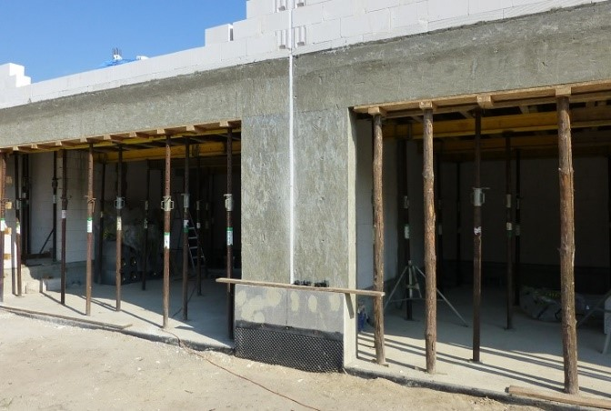 Fot. 2 – Dzięki domieszkom uplastyczniającym mieszanka betonowa dokładnie wypełnia deskowanie nawet wtedy, gdy wykonywane elementy domu są bardziej skomplikowane