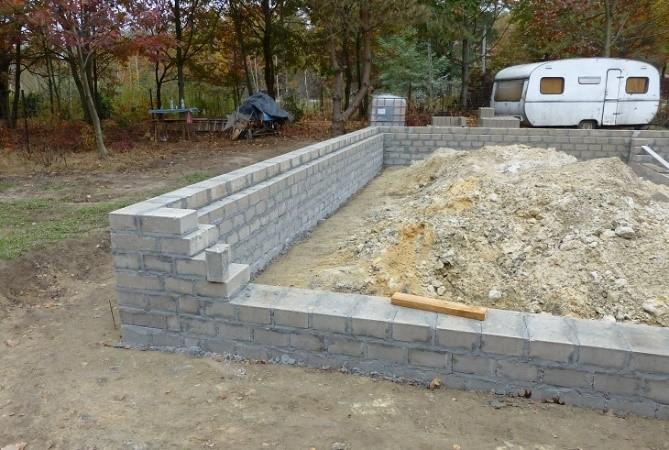Fot. 3 – Ściany fundamentowe z bloczków betonowych powinno się murować na zaprawie cementowej, ale bez dodania do niej domieszki uplastyczniającej byłoby to trudne