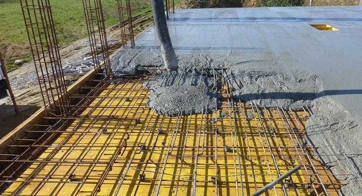 Fot. 2 – Nie jest błędem, jeśli podczas wykonywania stropu zwiększy się jego grubość o 1 czy 2 cm w stosunku do projektu konstrukcyjnego – nie jest to duży dodatkowy wydatek, natomiast korzyść z tego może być spora