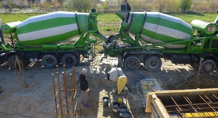 Fot. 3 – Do betonowania stropu powinno się używać tylko mieszanek przygotowanych z pewnego cementu – tak jest, jeśli beton towarowy dostarczany jest na budowę przez szanującą się (i sprawdzoną) wytwórnię
