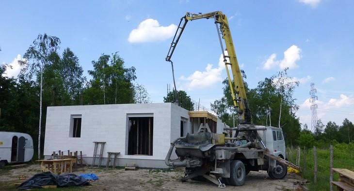 Fot. 1 – Mimo że klimat mamy w Polsce umiarkowany, betonowanie elementów konstrukcyjnych domu (tu: stropu) bardzo często wypada podczas dużych upałów
