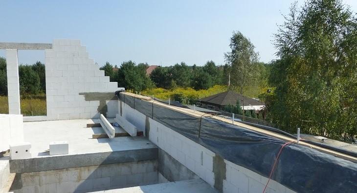 Fot. 2 – Niektóre elementy domu, na przykład wieńce dachowe, często wykonuje się z betonu zrobionego na budowie - przed utratą wilgoci chroni je deskowanie, ale ich górną powierzchnię powinno się osłonić folią