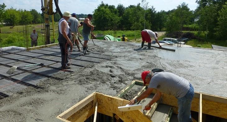 Fot. 3 – Betonowanie stropu podczas upałów musi być wykonane szybko, dlatego podawaniem, rozgarnianiem, wibrowaniem, poziomowaniem i wygładzaniem mieszanki betonowej powinno się zająć co najmniej pięć osób