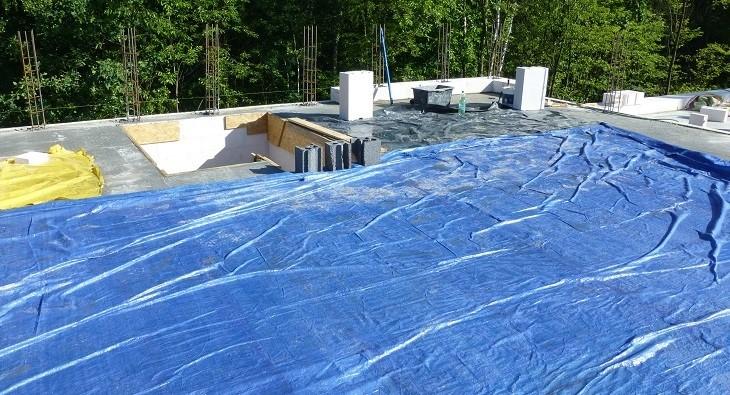 Fot. 4 – Świeżo wykonany strop trzeba od razu przykryć grubą folią, by wysoka temperatura, słońce i wiatr nie spowodowały zbyt szybkiej utraty wilgoci przez beton