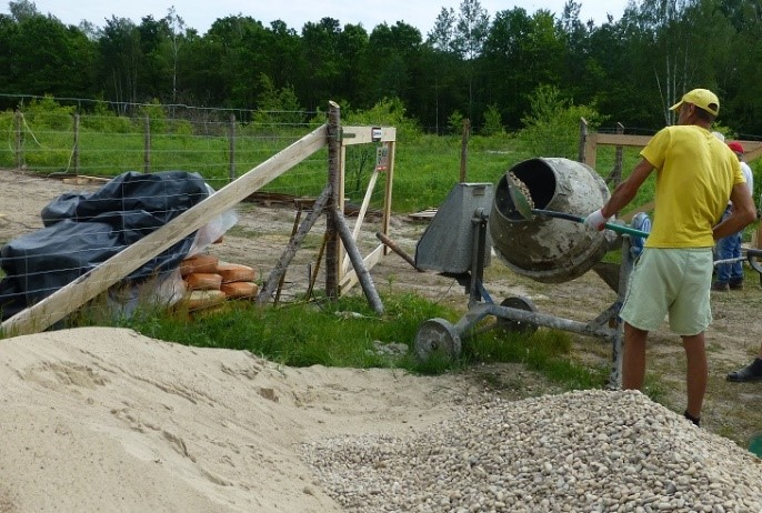 Fot. 2 – Dozowanie piasku i żwiru za pomocą łopaty jest dalece nieprecyzyjne – przygotowując w ten sposób beton na budowie mamy małe szanse, że będzie on miał projektowane parametry